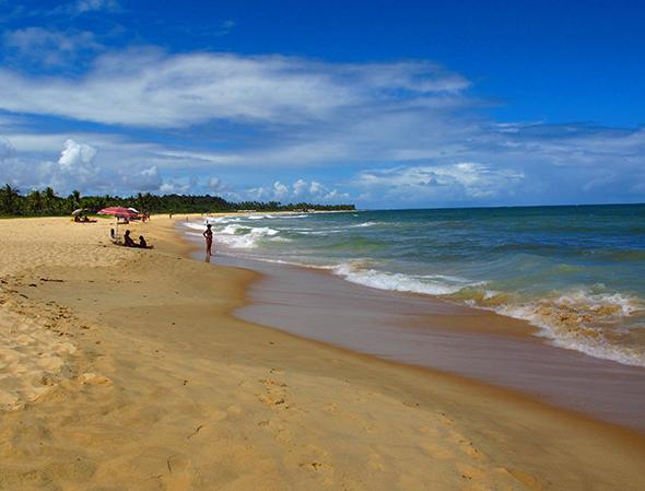 Dá até para imaginar todos os amigos curtindo um sol na medida certo. Viaje com os amigos para Trancoso. Foto de CleideIsabel2, via Wikimedia Commons.