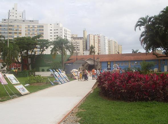 Além de curtir o sol e mar na praia de Santos, vale a pena levar as crianças para conhecer o Aquário de Santos. Foto via Wikimedia Commons.