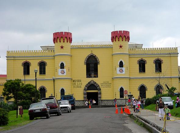 A entrada do Museu das Crianças é bem convidativa para a criançada. Foto de Antonio Solera, via Wikimedia Commons.