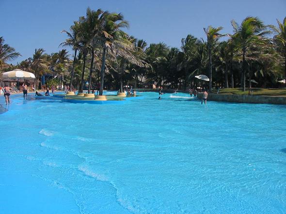 No Beach Park em Fotaleza está a maior piscina com ondas da América Latina. Foto de David Anderson Silva, via Wikimedia Commons.