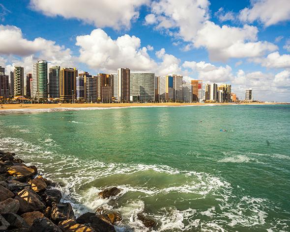 Visão da costa de Fortaleza. Um convite para toda a família. Foto de Governo Federal Brasileiro, via Wikimedia Commons.