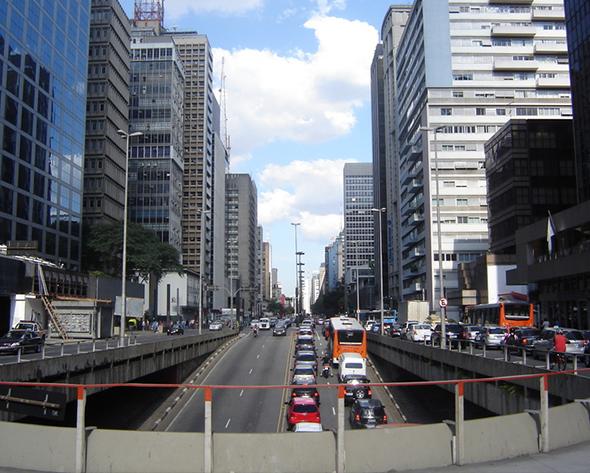 Da Paraíso à Consolação, passando pelas Alamedas, a Avenida Paulista é um prato cheio durante todo o dia e também às noites. Foto de Heitor Carvalho Jorge,  via Wikimedia Commons.