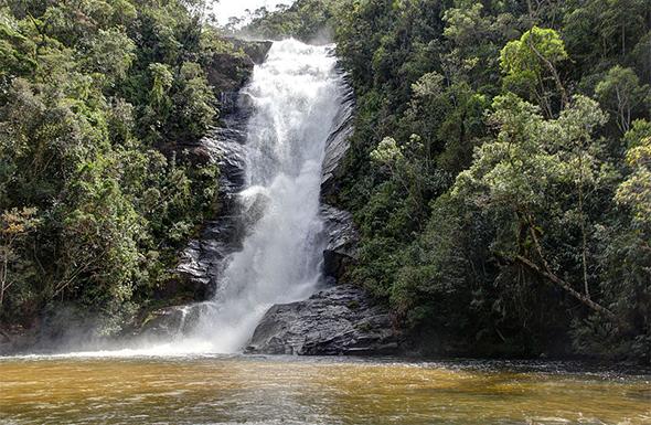 A cachoeira de Santo Isidro fica dentro do Parque Nacional da Serra do Bocaina. Foto de Halley Pacheco de Oliveira, via Wikimedia Commons.
