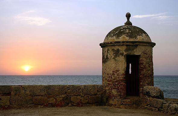 O pôr do sol em Cartagena encerra o dia e anuncia a chegada da noite em uma cidade história e linda. Foto de Igvir Ramirez,  Wikimedia Commons.