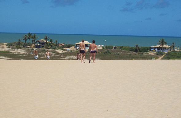 Vamos combinar que este visual das praias de Itaúnas, a partir do topo das dunas, é perfeito. Foto de Thiago Negris, via Wikimedia Commons.