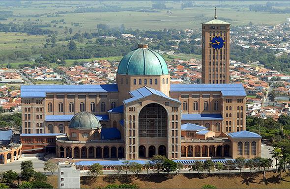 Está dentro da Basílica a imagem de Nossa Senhora Aparecida, a padroeira do Brasil. Foto de Valter Campanato, via  Wikimedia Commons.
