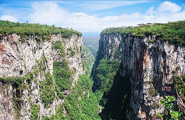 O Cânion de Itaimbézinho é o melhor cartão postal de Cambará do Sul. A imagem fala por si só. Foto de Valdiney Pimenta, via Wikimedia Commons.
