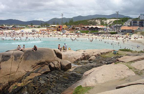 Outra ótima opção de praia em Florianópolis, a Praia da Joaquina tem um visual incrível e é um ponto de encontro bem movimentado. Foto de Helbert Valter, via Wikimedia Commons.