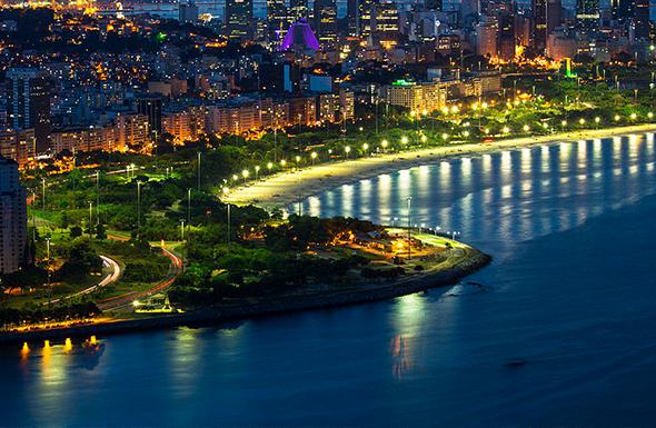A vista do Aterro do Flamengo traduz bem porque o Rio de Janeiro é a cidade maravilhosa. Foto de Pppires, via Wikimedia Commons.