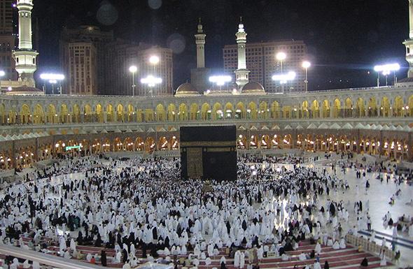 Em datas comemorativas para a religião mulçumana, a mesquita chega a receber centenas de milhares de fieis de todo o mundo. Foto de Mardetanha, via  Wikimedia Commons.